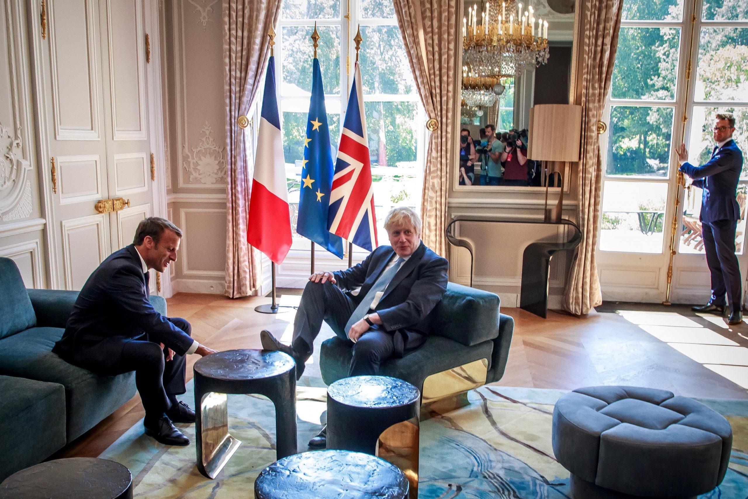 İngiltere Başbakanı Boris Johnson, ayağını sehpanın üzerine attı