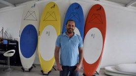 Ürettiği sörf tahtaları, sporculara adrenalin yaşatıyor