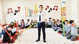 Muzaffer öğretmen, öğrencilerine ritim duygusunu melodik borularla öğretiyor…