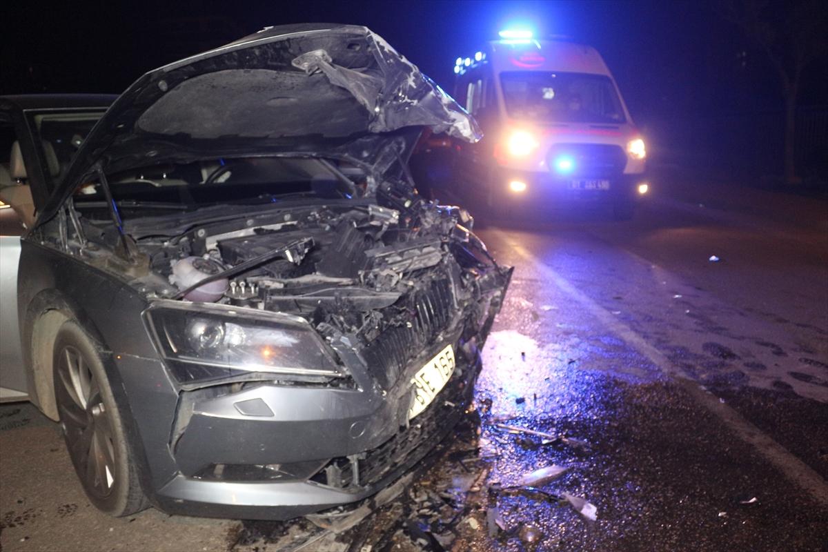 Adana'da iki otomobilin çarpışması sonucu 3 kişi yaralandı