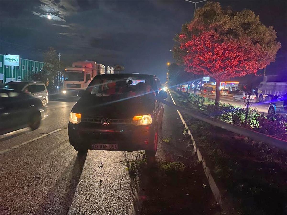 Afyonkarahisar'da tırın devirdiği aydınlatma direği minibüsün ön camından girdi