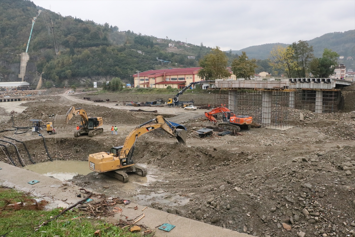 Bakan Karaismailoğlu, Sinop'ta sel bölgesinde incelemelerde bulundu: