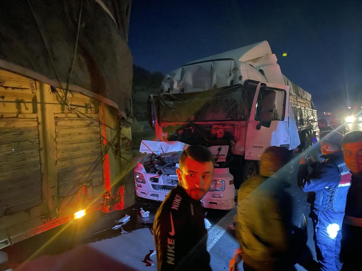 Bolu'da kamyona çarpan tırın sürücüsü yaralandı