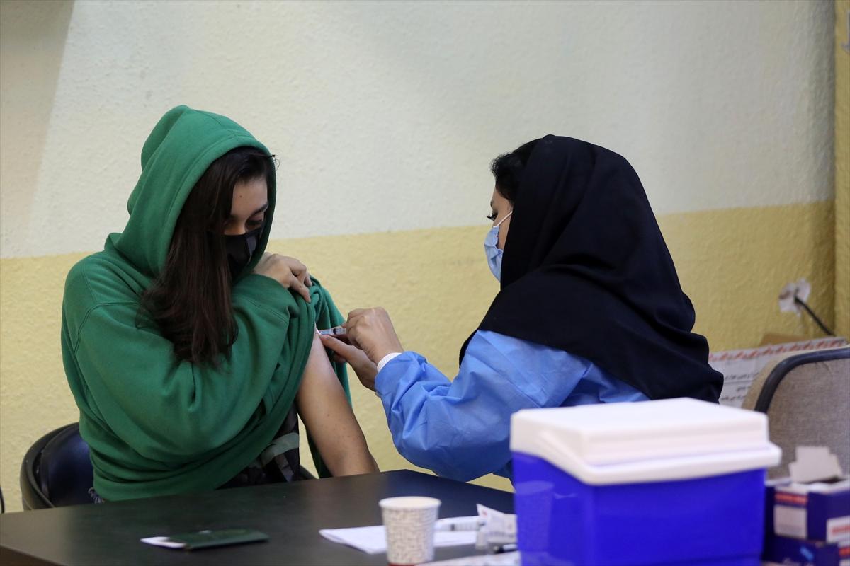 İran 12-18 yaş arası öğrencilere Kovid-19 aşısı yapıyor