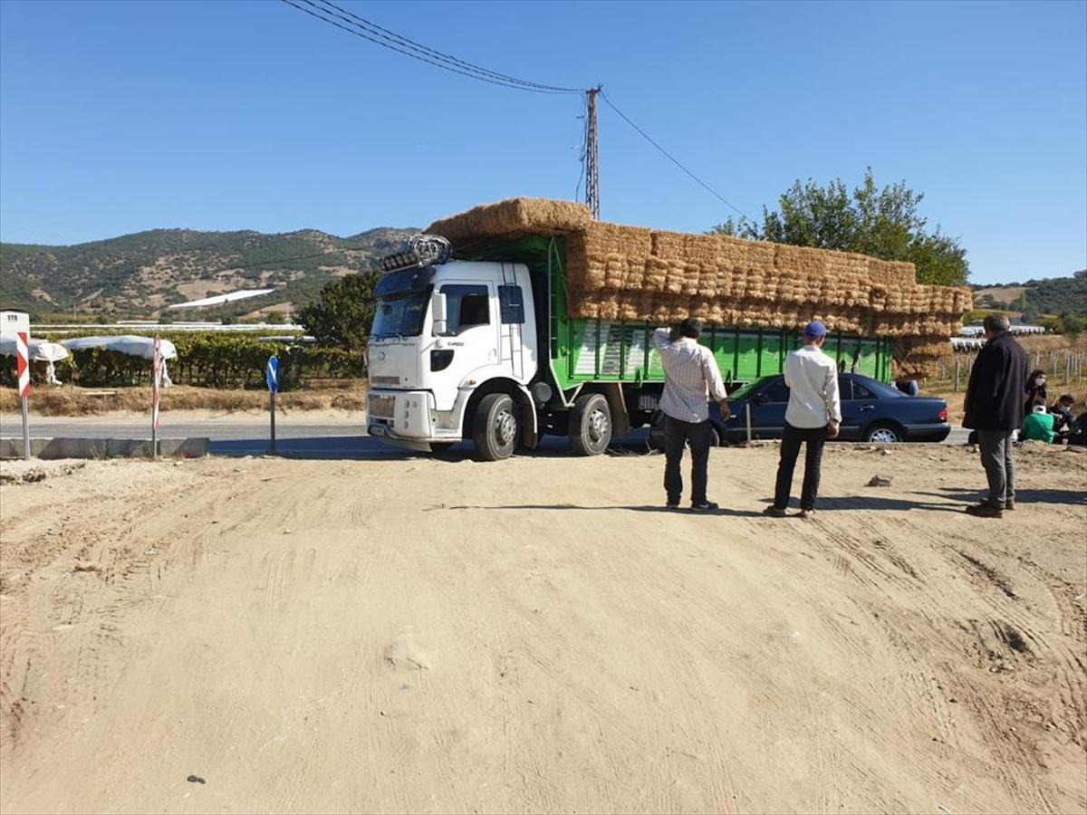 Manisa'da kamyona çarpan otomobildeki 5 kişi yaralandı