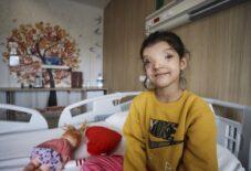 Minik Ayşenur'un normalden daha ayrık olan gözleri ameliyatla yaklaştırıldı