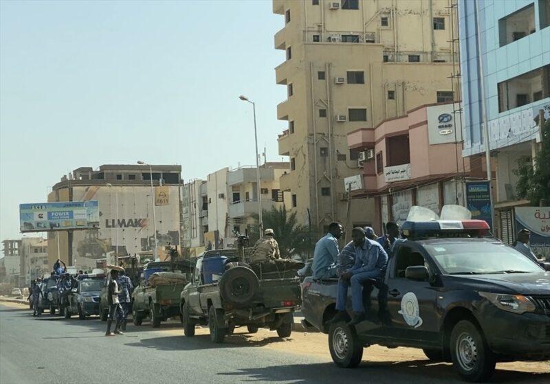 Sudan ordusu ana caddelerdeki barikatları kaldırıyor