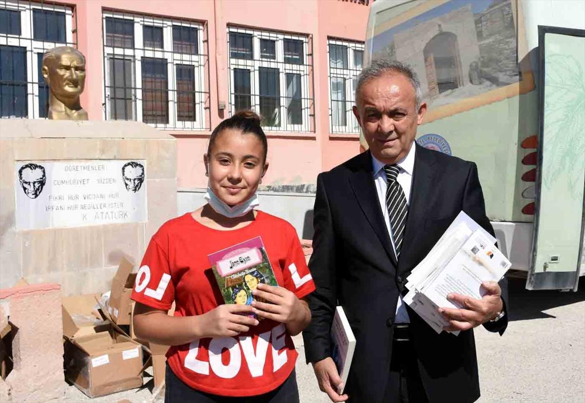 """Türkiye'nin """"Eşekli Dostoyevski""""si köyleri dolaşıyor, kitap dağıtıyor"""