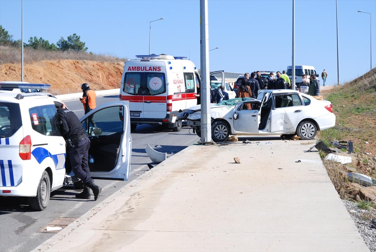Tuzla'da virajı alamayarak devrilen otomobildeki 2 kişi yaralandı